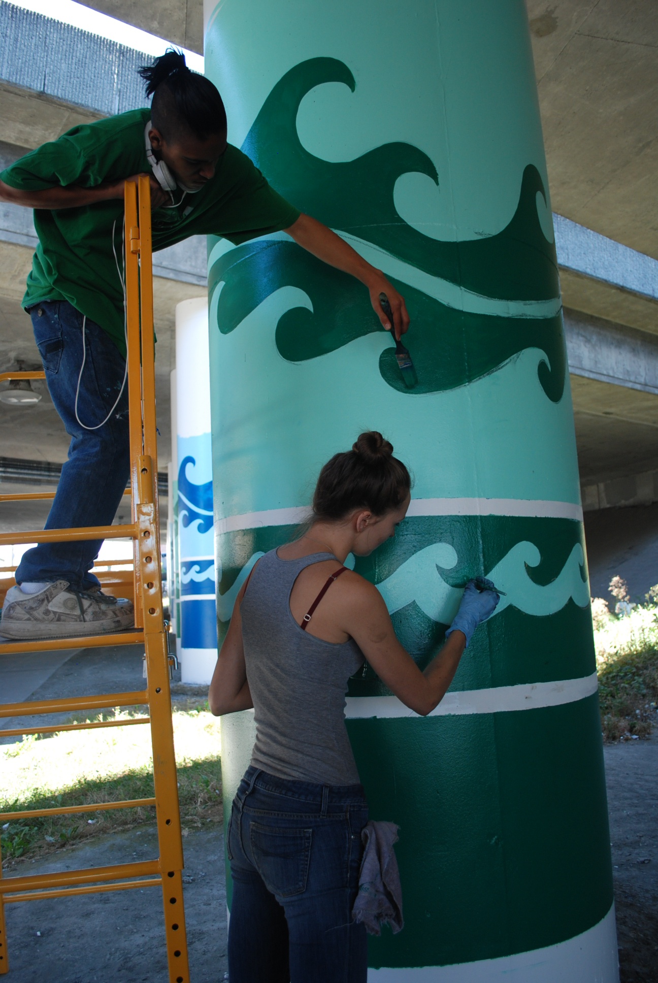 Students from Urban Artworks Paint I-5 Columns